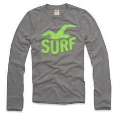 Possui um super aplique em alto relevo da águia da Hollister no peito. O  aplique escrito SURF na cor verde ganha destaque na cor cinza da camiseta. 5d5eaad8c8