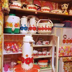 Home Decorators Collection Lighting Retro Pop, Modern Retro, Yellow Artwork, 70s Home Decor, Retro Kitchen Decor, Cute House, Pretty Designs, Retro Aesthetic, Art Furniture