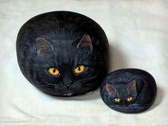 Black cats | Happy rocks - peinture sur galets | rockpainting ☼ yvette | Flickr Painted Rock Cactus, Painted Rock Animals, Painted Rocks, Hand Painted, Pebble Painting, Pebble Art, Stone Painting, Rock Painting, Happy Rock