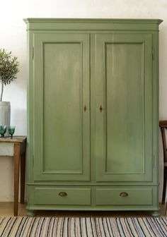 Skönt grönt gammalt skåp SÅLT Cute Furniture, Country Furniture, Furniture Makeover, Painted Furniture, Furniture Design, Painted Armoire, Wooden Closet, Shabby Chic Stil, Weekend House