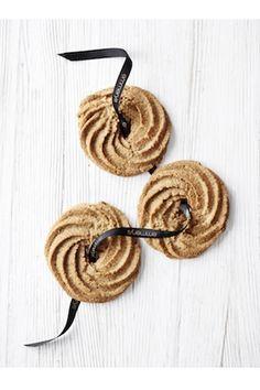 Emmerys deler opskrifter på deres populære julebag, som for eksempel lakrids-småkager med tranebær, jødekager og smukke nellikebrød med blå birkes, se dem alle i galleriet