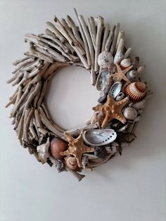 Do you like beach decor? Then this driftwood wreath with starfishes and shells is for you. Welcome your guests into your home with this wreath made from driftwood handpicked from the Greek shores of the Aegean sea, a sea arm of the Mediterranean. Driftwood Mobile, Driftwood Wreath, Driftwood Projects, Driftwood Art, Driftwood Ideas, Painted Driftwood, Painted Wood, Seashell Crafts, Beach Crafts