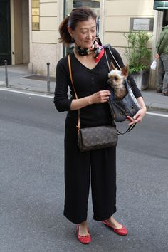 Van Chanel tot COS, dit is street style in Milaan Stylish Older Women, Chanel Tote, Advanced Style, Milan, Fashion Beauty, Personal Style, Dressing, Street Style, Cos