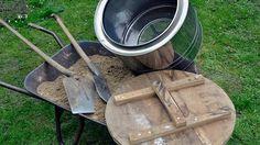 Ein Erdkeller ist ein Naturkühlschrank, in dem frisches Sommergemüse kühl gelagert werden kann. Eine ausrangierte Waschmaschinentrommel dient als Behälter.