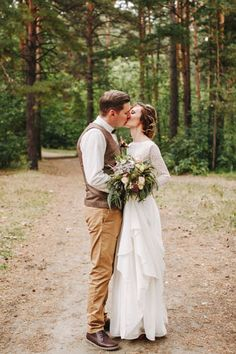 Стильная рустикальная свадьба, жених и невеста в лесу - The-wedding.ru
