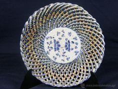 plato de cerámica sogueada en trenzados Talavera principios siglo XX decoración floral cobalto