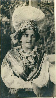 1920年代、スロベニア中央部ゴレンスカ地方の晴着を身につけた女性。スロベニアの写真家Fran Vesel(1884–1944)によって撮影された。