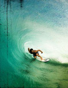 Otra de mis pasiones. El surf. Conseguí mi sueño este verano, practicar este deporte en Hawaii, por desgracia una principiante no supo la regla de no soltarte del pie nunca la tabla y consiguió romperme las costillas! por poco me mata, pero la agilidad y la natación son fundamentales en este deporte. El pacífico es traicionero y nunca practiquéis en Waikiki. Kauai o Maui son paraísos para todos los tipos de surf.