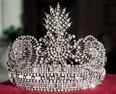 The Art-Deco-explosion crown was actually worn from 1954-1967.