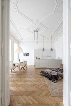 sol en parquet clair, idee deco salon, parquet chene massif clair bois natirel, tapis beige