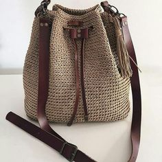 Most of the most popular bags do not meet a certain aesthetics this season. Crochet Backpack, Crochet Tote, Crochet Handbags, Crochet Purses, Free Crochet, Drawstring Bag Diy, Crochet Shoulder Bags, Yarn Bag