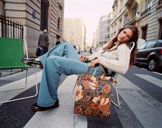 Preppy, ultracontemporain... Le look rétro se réinvente - Madame Figaro Tartan, Preppy, Le Polo, Look Retro, January 22, Louis Vuitton Speedy Bag, Editorial Fashion, Denim Jeans, Preppy Style