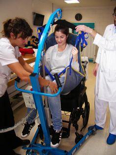 Los profesionales del Centro de Día de la Fundación Juan XXIII reciben un curso sobre movilizaciones y transferencias para los usuarios con discapacidades motoras impartido por sus propios compañeros