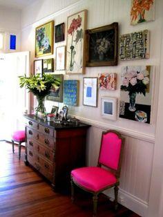 flur farben wanddeko bilder rosa stühle anrichte