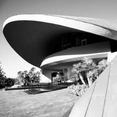We love the dramatic, sweeping lines of John Lautner's work, totally inspiring. Bob Hope Estate, Palm Springs #johnlautner #midcentury #architecture