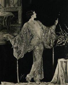 Ideas Vintage Photography 1920 Roaring Twenties Art Deco For 2019 Retro Mode, Mode Vintage, Vintage Ladies, Vintage Art, Vintage Glamour, Vintage Beauty, 1920s Glamour, Roaring Twenties, The Twenties