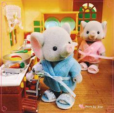 象象把拔则是无师自通的烹饪家,他最爱为全家大小做早餐了!  Daddy Elephant, Edwin always has his own recipes in mind. He enjoys himself making breakfast for his beloved family in every morning. ☀️ #sylvanianfamilies #calicocritters #森林家族 #シルバニアファミリー #miniatures #daddy #elephant #recipes #enjoys #makingbreakfast #breakfast #belovedfamily #everymorning