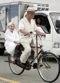 These 27 Old Couples Will Remind You What Love Is All About - Fahrrad Vieux Couples, Old Couples, Foto Picture, Velo Vintage, Growing Old Together, Young At Heart, Old Love, Aging Gracefully, What Is Love