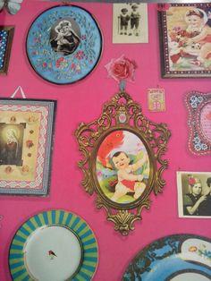 Behang, fotoewand, knal roze met lijstjes en foto's