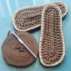 Videotutoriales – Pantunflas – Zapatillas – Trapillo – Crochet XXL – C. Crochet Boots Pattern, Shoe Pattern, Knitted Slippers, Crochet Baby Booties, Crochet Slippers, Crochet Patterns, Crochet Cozy, Crochet Basics, Crochet Stitches