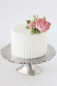 Single tier wedding cake with closed sugar peonies. One of my favourite small wedding cakes :) One Tier Cake, Single Tier Cake, Pretty Cakes, Beautiful Cakes, Peony Cake, Flower Cakes, Summer Wedding Cakes, Purple Wedding, Gold Wedding