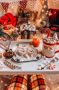 Christmas is approaching and young friends also enjoy spending a romantic Christmas Eve. Taking photos at Christmas must of course… Christmas Cup, Days Until Christmas, Rustic Christmas, Christmas Photos, Christmas Themes, Winter Christmas, Christmas Lights, Christmas Decorations, Primitive Christmas