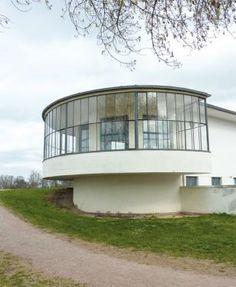 The glass veranda of the Kornhaus, from the street side, Architect: Carl Fieger, 1930 Photo: Sophie Lucht Stiftung Bauhaus Dessau