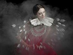 Las fotografias de Helen Sobiralski imitan a las composiciones barrocas de manera intelligente y contienen un toque surrealista que nos encanta en Gaia!