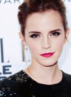 Emma Watson at the Elle Style Awards. Makeup look. Soft eyeliner, red lips, pink lips, eyebrows defined. Super perfection in glamour.