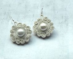 Snowflakes dangle earrings soutache - pearl white - white creamy - circle earrings - elegant earrings - winter jewelry - retro - christmas, via Etsy. Cream Earrings, 14k White Gold Earrings, Pearl Stud Earrings, Circle Earrings, Clip Earrings, Soutache Tutorial, Ideas Joyería, Chandelier Earrings, Gold Chandelier