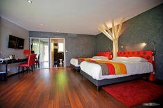 L'intérieur d'une des chambres d'hôtel aménagées dans plusieurs maisons de cèdre.  Château de Challange à Beaune (Côte D'or - France)