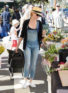 Die Stars sind (wieder) auf den Geschmack gekommen – sie tragen Latzhose. Hier: Naomi Watts.