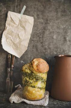 Es gibt nichts besseres als ein frischgebackenes Brot. Dieses kleine Pesto-Brot im Glas ist perfekt, wenn Besuch kommt. Als edle Vorspeise kann man es direkt aus dem Ofen servieren. Warm und saftig, mmmmh.