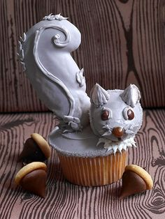"These are amazing squirrel cupcakes! The bushy tail is made of an icing-covered cookie! Mold acorn ""caps"" out of fondant and attach to chocolate kisses to create acorns for your little squirrel friend. Easy Kids Birthday Cakes, Cupcake Birthday Cake, Birthday Ideas, Beautiful Cakes, Amazing Cakes, Cake Pops, Kid Cupcakes, Cupcake Wars, Cupcake Heaven"