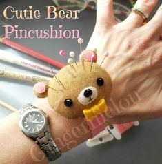 Sew Cushions Hey there! It's been a while since I last shared a free pattern tutorial, so I thought this little bear pincushion would be perfect! Sewing School, Sewing Class, Love Sewing, Sewing Tutorials, Sewing Hacks, Sewing Projects, Felt Patterns, Sewing Patterns, Costura Diy