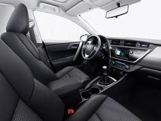 El alta calidad de los acabados describe el nuevo Toyota Auris. Destacan las inserciones metálicas en aluminio pulido.