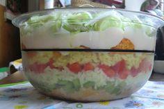 Das perfekte Bunter Reis-Schichtsalat-Rezept mit Bild und einfacher Schritt-für-Schritt-Anleitung: Olivenöl in einem Topf erhitzen. Reis darin kurz…