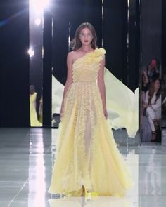 Beautiful Soft Yellow One Shoulder A-Lane Evening Maxi Dress / Evening Gown. Runway Show by Ralph & Russo Haute Couture Dresses, Couture Fashion, Runway Fashion, High Fashion, Deb Dresses, Party Dresses, Ralph And Russo, Cute Casual Outfits, Couture Collection