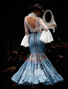 Raúl Doblado❤❤❤❤Espalda con Magnífica abertura que da un toque bellísimo a este traje Flamenco Costume, Flamenco Skirt, Flamenco Dancers, Flamenco Dresses, Spanish Dress, Spanish Style, Traditional Fashion, Traditional Dresses, Sheer Dress