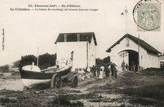 Ile d'Oléron - La Cotinière - Le bateau de sauvetage est ramené dans son hangar
