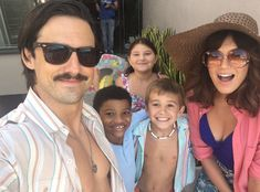 Pool Day from Going Behind the Scenes of This Is Us With the Adorable Cast Milo Ventimiglia and Mandy Moore grab a selfie with the young Big Three, played to perfection by Lonnie Chavis, Parker Bates and Mackenzie Hancsicsak. Best Tv Shows, Favorite Tv Shows, This Is Us Serie, Mandy Moore Milo Ventimiglia, Movies Showing, Movies And Tv Shows, Teen Trends, This Is Us Quotes, Actors & Actresses