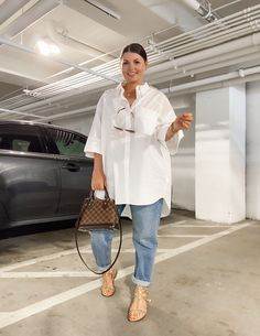 May 2020 - This Pin was discovered by Julia Marie B White Shirt Outfits, Cute Casual Outfits, Smart Casual Outfit Summer, Boyfriend Jeans Outfit Summer, Minimalist Outfit Summer, Look Casual Chic, White Shirt And Jeans, Black Dress Outfits, Classy Casual
