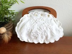 White Floral Embroidered Wood Handle Purse / Scalloped Bermuda White Cotton Wooden Top Handle Boho Handbag / Linen Fabric Small Flower Bag This is