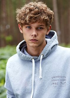 Haircut For Men With Curly Hair Teen Hairstyles Ideas Teenage Boy Hairstyles, Teen Boy Haircuts, Trendy Haircuts, Haircuts For Men, Boys Curly Hairstyles, Brown Hairstyles, Men's Hairstyle, Undercut Hairstyles, Blonde Curly Hair