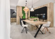 Studio Vigo KUCHNIA Z ELEMENTAMI ZIELENI- W tej kuchni zdecydowanie króluje jasne drewno.
