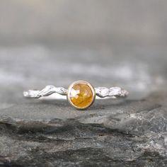 Este anillo de diamantes color miel inspirado en un brazalete de rama de árbol: | 26 Razones por las que los anillos de compromiso son mejores cuando son coloridos