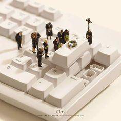 Il reproduit des scènes miniatures avec des objets du quotidien