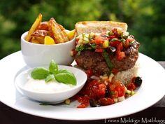 Chiliburger med salsa, potetstaver og chilikrem