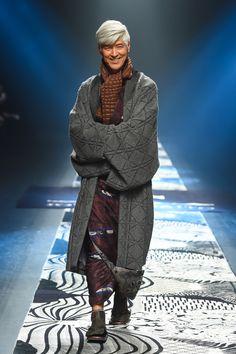 ジョウタロウ サイトウ2016AW コレクション Gallery15 Male Kimono, Yukata Kimono, Harajuku Fashion, Japan Fashion, Grey Fashion, Kimono Fashion, Kabuki Costume, Taisho Era, Traditional Japanese Kimono