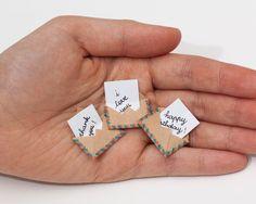 Este listado está para una caja de cerillas. Esto es una gran alternativa a la tradicional tarjeta de felicitación. Sorprende a tus seres queridos con un lindo mensaje privado ocultado en estas cajas de fósforos decoradas!  Cada elemento está hecho de una verdadera caja de fósforos a mano. Los diseños son mano dibujada, impresa en papel y luego coloreado en darle a cada individuo matchbox ese toque personalizado a mano. Hemos encontrado que estas cajas de fósforos son la manera perfecta…